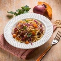 spaghetti con la zucca, cipolla pinoli e prezzemolo