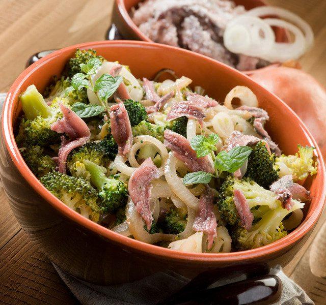 Broccoli con acciughe e cipolle