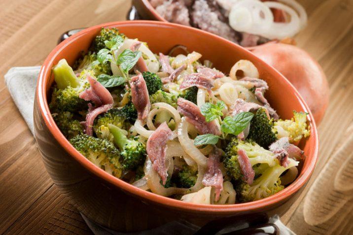 broccoli con acciughe e cipolla