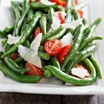 fagiolini, pomodorini e scaglie di grana