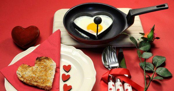 omelette cuore colazione romantica