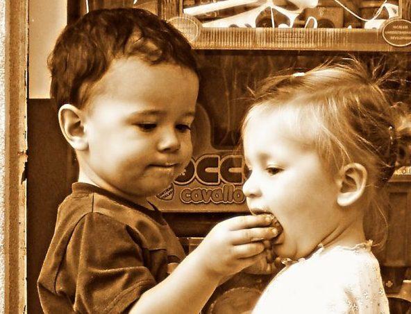 bambini mangiano la cioccolata