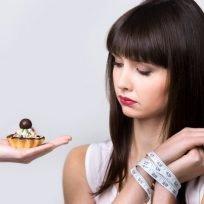 donna rinucia alla torta per fare la dieta detox