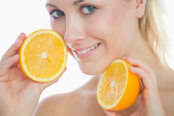 ragazza con arance fa dieta detossificante