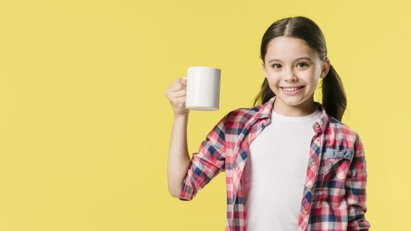 bambina beve caffè d'orzo