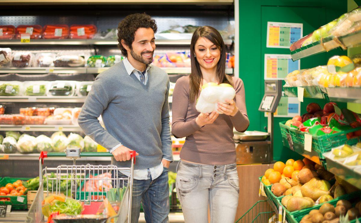 vari alimenti al supermercato