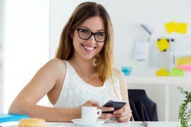 donna in gravidanza beve caffè